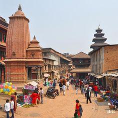 #Bakthapur a pochi Km da Kathmandu. #nepalroutes a chi mi chiede come sia oggi il #Nepal dopo il terremoto del 2015 rispondo che ciò che è distrutto non sempre si può ricostruire ma anche tra il caos e le macerie non mancano sorrisi sguardi curiosi e sprazzi di vita serena quello stile che nonostante tutto contraddistingue il popolo nepalese. Vivi il Nepal con www.nepalroutes.com #visitnepal
