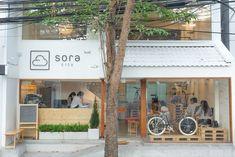 Sora City, Bangkok looks like something straight out of Japan. Cafe Shop Design, Cafe Interior Design, Shop Front Design, Store Design, Japan Interior, Bangkok Restaurant, Cafe Restaurant, Japanese Coffee Shop, Coffee Shop Japan