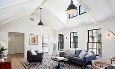 Obývací pokoj v horním patře je laděn v méně otevřeném stylu.