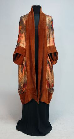 ca 1920 Liberty [Paris] cocoon evening coat; gold lame with horizontal bands of printed flowers in red, yellow & blue, & trimmed in wide brown silk velvet bands with subtle gold stripe, matching velvet lining. 20s Fashion, Kimono Fashion, Fashion History, Art Deco Fashion, Vintage Fashion, Womens Fashion, Club Fashion, Gothic Fashion, Vintage Coat