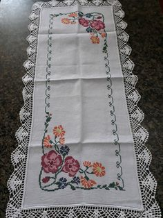 Crewel Embroidery, Cross Stitch Embroidery, Crochet Tablecloth, Cross Stitch Flowers, Cross Stitch Designs, Pattern Design, Bohemian Rug, Diy And Crafts, Couture