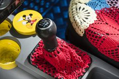 Järvenpääläinen Suvi-Maria Knuutinen pitää pyöreistä autoista ja aurinkoisista väreistä. Hän sisusti keltaisen Volkswagen Beetlensä värikkäillä pitseillä. Volkswagen, Beetle, Food, June Bug, Beetles, Essen, Meals, Yemek, Eten