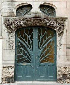 Photos Blend of Architecture with Art Nouveau. At this time it was a revolutionary movement where there was a strict barrier between pure art and art. Art Nouveau focuses more on the concept of und… Cool Doors, The Doors, Unique Doors, Windows And Doors, Front Doors, Transom Windows, Porte Cochere, When One Door Closes, Cottage In The Woods