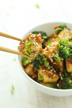 This is one of my favorite ways to make tofu! It is so flavorful and turns out to be the perfect texture. Sesame, sweet and spicy Asian flavors. Grilled Tofu, Marinated Tofu, Vegetarian Main Dishes, Vegetarian Recipes, Tofu Recipes, Fast Recipes, Sesame Tofu, Sweet And Spicy, Vegan Dinners