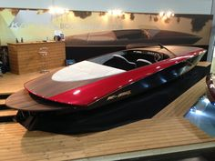 - Motor: Corvette 5,7liter Aluminium V8 430PS - Antrieb: Berkeley Jetantrieb