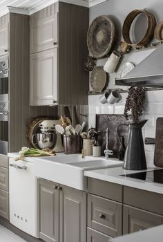 Dream Kitchen: Little Ikea Kitchen is filled with stylish DIY ideas in country style - Diymobel Grey Interior Design, Interior House Colors, Kitchen Interior, Interior Design Living Room, Ikea Kitchen, Kitchen Dining, Kleiner Pool Design, Shabby Chic Kitchen Decor, Home Decor