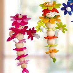 Kleine Holzraupen aus Holzkugeln und Filz-Blüten - Basteln für den Frühling