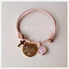 DESCATALOGADA  Pulsera de cuero rosa bebé con chapa de zamak dorado personalizada, ágata cuarzo rosa chapada en oro y cruz dorada.