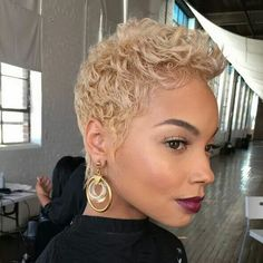 """How to style the Pixie cut? Despite what we think of short cuts , it is possible to play with his hair and to style his Pixie cut as he pleases. For a hairstyle with a """"so chic"""" and pointed… Continue Reading → Short Sassy Hair, Short Hair Cuts, Pixie Cuts, Short Blonde, Blonde Hair, Curly Hair Styles, Natural Hair Styles, Pixie Hairstyles, Drawing Hairstyles"""