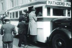 Chile, Santiago. Micro Matadero - Palma transitando por el centro de Santiago, con gente colgando. Año 1940