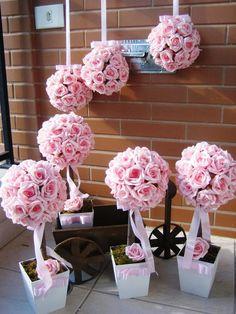 kit correspinde ao seguinte:  -4 topiaras G com 30 rosas alt. 40 cm.alt. Vaso branco MDF    - 3 bolas de rosas M com 30 rosas com fita de 1 metro para pendurar bola mede diâmetro 17x17 cm.    Podem ser vendidos separadamente, quando fechar seu pedido informe o que deseja por gentileza    Material...