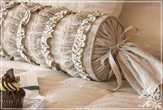 Подушка-валик имеет восточные ко..