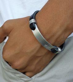 GRATIS envío personalizado hombres pulsera, pulsera de cuero, brazalete de hombre estampadas, pulsera para hombre, negro grabado pulsera, joyería de encargo de BraceDesigns en Etsy https://www.etsy.com/es/listing/251425373/gratis-envio-personalizado-hombres