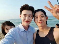 Lee Jong-suk, Suzy, and Jung Hae-in's beautiful beach selfie ❤💕❤ Lee Jong Suk, Jung Suk, Lee Jung, Asian Actors, Korean Actors, Korean Actresses, Yoo Ah In, While You Were Sleeping, Idole