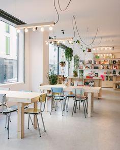 """La régulière : """"mi-café, mi-librairie, La régulière [...]propose une vraie sélection de livre qu'il est possible de commander dans le magasin. La bonne idée ? Le café qui permet de s'installer pour bouquiner ou juste bavarder."""""""