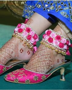 bridal jewelry for the radiant bride Flower Jewellery For Mehndi, Flower Jewelry, Fabric Jewelry, Gold Jewellery, Hand Jewelry, Handmade Jewelry, Bridal Accessories, Wedding Jewelry, Fashion Shoes