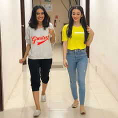 Image may contain: 2 people, people standing and shoes Casual College Outfits, Chic Outfits, Trendy Outfits, Girl Outfits, Fashion Outfits, Fashion Ideas, Summer Outfits, Cute Simple Outfits, Kids Blouse Designs