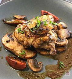 Η τέλεια, γρήγορη συνταγή για ένα πλήρες πιάτο με ζουμερό κοτόπουλο, πέστο βασιλικού και μανιτάρια χρειάζεται μόλις 20 λεπτά. Chicken Wings, Pesto, Food, Essen, Meals, Yemek, Eten, Buffalo Wings