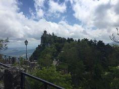 Paseo entre las torres que coronan Sanmarino