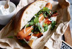 Hot Dog mit Frankfurter, gebratenen Karotten, Kräutersalat und Minzjoghurt