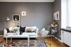 30 inspirations déco pour votre salon - ♡ On aime : Ce gris mat, somme toute assez lumineux ✐ On retient :  L'association d'un mobilier clair avec un mur foncé pour ne pas assombrir davantage la pièce
