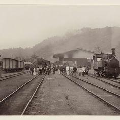 Mensen, locomotief en wagons op een spoorwegstation Padang Pandjang, anonymous, c. 1860 - c. 1900 - Rijksmuseum