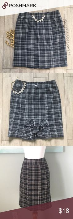 """Banana Republic // Plaid Pencil Ruffle Back Skirt This classic pencil has a surprise ruffle in the back, making it so special! It's a wool blend and fully lined. ✨Approx Measures are taken flat : 21"""" L, 15"""" waist, 20"""" hips. In gently loved condition. BR Factory. Bundle for best pricing! Banana Republic Skirts Pencil"""