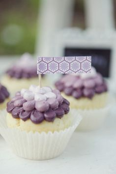 Ombre piped cupcakes using a plain/round tip Petal Cupcakes, Purple Cupcakes, Love Cupcakes, Baking Cupcakes, Love Cake, Cupcake Cookies, Cupcake Toppers, Lavender Cupcakes, Cupcake Fondant