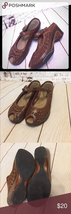 Soft Brown Leather Clog/Wedge Rialto Shoes NWOT! Rialto Comfort Sole, Peep-Toe Shoes with Buckle! Versatile and Soft! Rialto Shoes