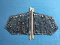 Free sewing instructions for jeans upcycling pouch- Kostenlose Nähanleitung Jeans Upcycling Täschchen Free sewing instructions for jeans upcycling pouch - Diy Jeans, Recycle Jeans, Diy Upcycled Art, Upcycled Furniture, Furniture Ideas, Diy Kleidung Upcycling, Artisanats Denim, Jean Diy, Jean Purses