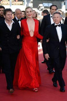#EmmanuelleSeigner compite con Sharon Stone en la mención especial al mejor escote del Festival. La actriz francesa en un estilo más vamp, de #AlexanderVauthier, constantemente agarrada del brazo de Polanski y Amalric.
