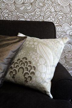 Det färgstarka Styvmorsviol kuddfodral är designat av Linda Svensson  Edevint för det svenska varumärket Mairo. Kuddfodralet är tillverkat i … ddf623b049ddd