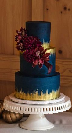 Just like bridal dresses, wedding cakes can also be trendy or obsolete. A traditional wedding cake is usually a white vanilla cake in towering stacked layers. However, we are onto year wedding cake trends are becoming more and more playful. Types Of Wedding Cakes, Wedding Cake Decorations, Unique Wedding Cakes, Beautiful Wedding Cakes, Wedding Cake Designs, Beautiful Cakes, Amazing Cakes, Wedding Themes, Anniversary Cake Designs