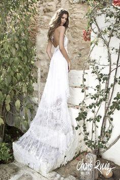 Guipures y diferentes blondas adornan los vestidos de novia de Charo Ruiz.