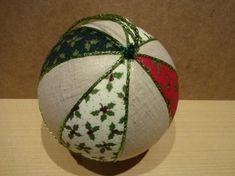 Bolas de navidad hechas a patchwork sin aguja decoradas con tela de navidad, tamaño de las bolas 16 cm Ø