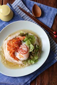 ごま和えキムチそうめん。 by 栁川かおり | レシピサイト「Nadia ... Home Recipes, Dip Recipes, Dinner Recipes, Japanese Noodles, Japanese Food, Korean Food, Keto Dinner, Food Styling, Cabbage