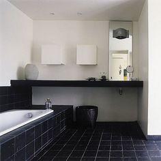 Une salle de bains entièrement en noir et blanc