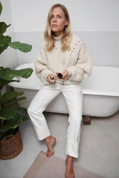 How to wear white jeans Outfits Mujer, Jean Outfits, Fashion Outfits, Minimal Fashion, Timeless Fashion, Minimal Style, Cream Jeans Outfit, White Jeans Winter, Winter White