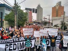 Alunos da escola Professor Manuel Ciridião Buarque protestam em favor dos professores em greve - Foto: Victor Cosi