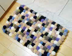 残り毛糸でつくる、玄関マットの作り方(その2) - 手作りを楽しもう てづくり*てづくり Pom Pom Rug, Knit Art, Diy And Crafts, Craft Projects, Crochet Patterns, Crafty, Cool Stuff, Rugs, Knitting