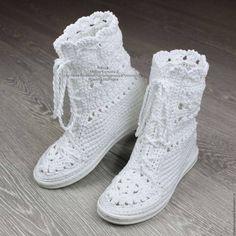 59 Trendy Crochet Socks With Flowers Boot Cuffs Crochet Boot Socks, Crochet Slipper Pattern, Crochet Baby Shoes, Crochet Slippers, Lampe Crochet, Knit Shoes, Unique Crochet, Shoe Pattern, Baby Boots