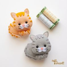 Embroidering the whiskers of cats! Felt Animal Patterns, Stuffed Animal Patterns, Fabric Crafts, Sewing Crafts, Sewing Projects, Chat Crochet, Felt Quiet Books, Felt Cat, Felt Decorations