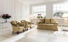 tissu d'ameublement de couleur sable dans le salon spacieux et blanc