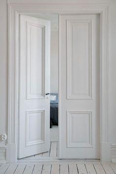 """Quizás os parezca extraño el título, el martes mi amiga Mila me pidió por facebook un post sobre puertas blancas y yo que soy una mandada :-) aquí se lo traigo, a ella y a quien le pueda interesar.Su frase fue """"estoy harta de las puertas de roble"""" y no sabe cómo la entiendo, en mi casa también son así y las tengo auténtica aversión. El roble es un tipo de madera que me encanta pero uti ..."""