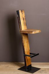 Make your own bar stool out of wood - certainly doable for you home improvement professionals . Make your own bar stool out of wood – certainly doable for you home improvement professionals; Metal Furniture, Industrial Furniture, Pallet Furniture, Furniture Projects, Furniture Design, Pallet Chair, Furniture Dolly, Furniture Movers, Bedroom Furniture