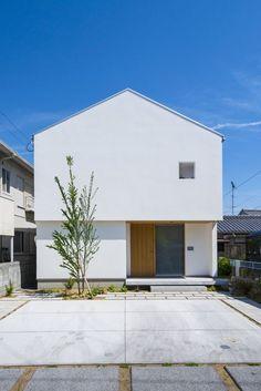 北欧家具とライブラリのある家 | 暮らしの設計室 Japanese Modern House, Modern Tiny House, Modern House Design, White Exterior Houses, Exterior House Colors, White Houses, Villa Design, Facade Design, Home Building Design