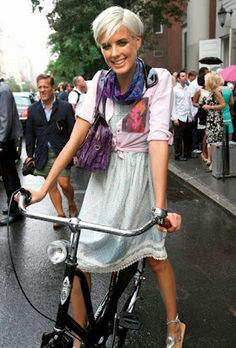 Cycle chic, or is it possible to cycle in London and look good? This is a website dear to the heart of any girl who has ever wanted to ride a bike safely AND look stylish at the same time. Style Icon, Style, New Fashion Trends, Grey Hair Inspiration, Cycle Chic, Fashion, Grey Hair Styles For Women, Boys Haircuts, Hair Styles