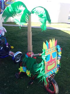 Hawaii parade. Desfile de primavera. Triciclo Tiki