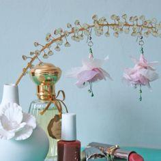 boucles doreilles en forme de fuschia, créée en papier de soie et fil de laiton, avec des perles de rocaille, en rose et vert