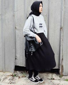 Are you quirky team / minimalsm team? Modern Hijab Fashion, Street Hijab Fashion, Hijab Fashion Inspiration, Muslim Fashion, Modest Fashion, Fashion Outfits, Emo Fashion, Casual Hijab Outfit, Hijab Chic